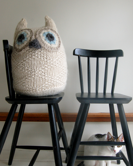 Free knitting pattern for Grey Eyed Owl Mittens